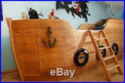 Un vrai lit bateau pour enfant, pirate en herbe qui rêve de voyages